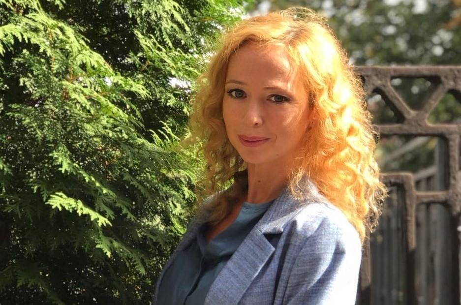 Елена Захарова предстала перед поклонниками в образе радистки Кэт