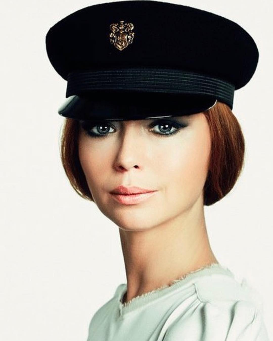 В кадре Елена запечатлена в образе стюардессы (или даже разведчицы). Волосы актриса убрала назад, украсив прическу головным убором, а в макияже сделала акцент на глаза с помощью техники с...