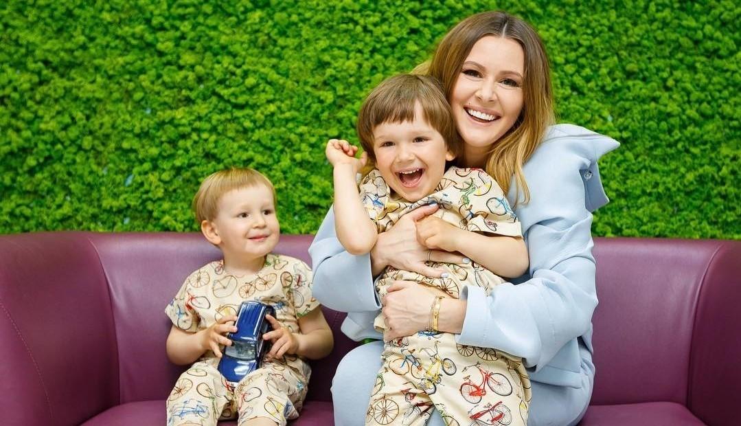 Трое из ларца: Мария Кожевникова показала любимых сыновей на одном снимке