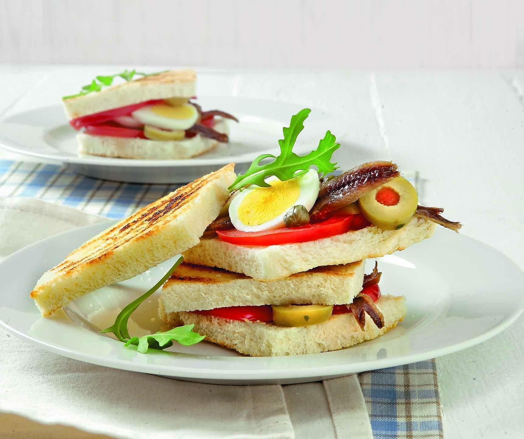 Яйца положить в кастрюлю и залить водой так, чтобы она их покрыла. Довести до кипения и отварить яйца вкрутую (9мин). Вареные яйца ополоснуть холодной водой. С ломтиков хлеба для тостов...
