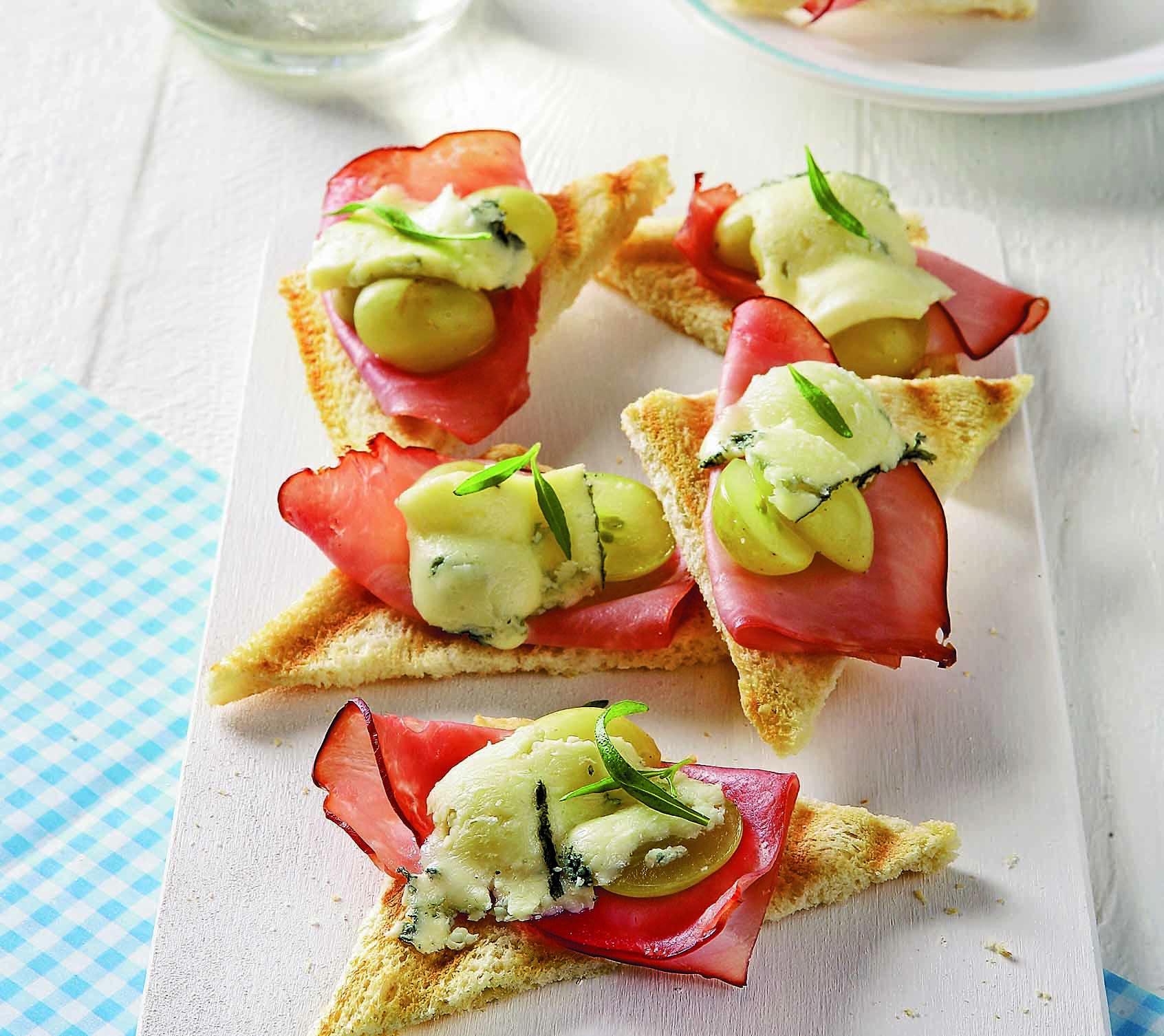 С ломтиков хлеба для тостов срезать корку и подрумянить их в тостере или на сковороде. Тосты намазать сливочным маслом и разрезать каждый по диагонали так, чтобы получились треугольники....