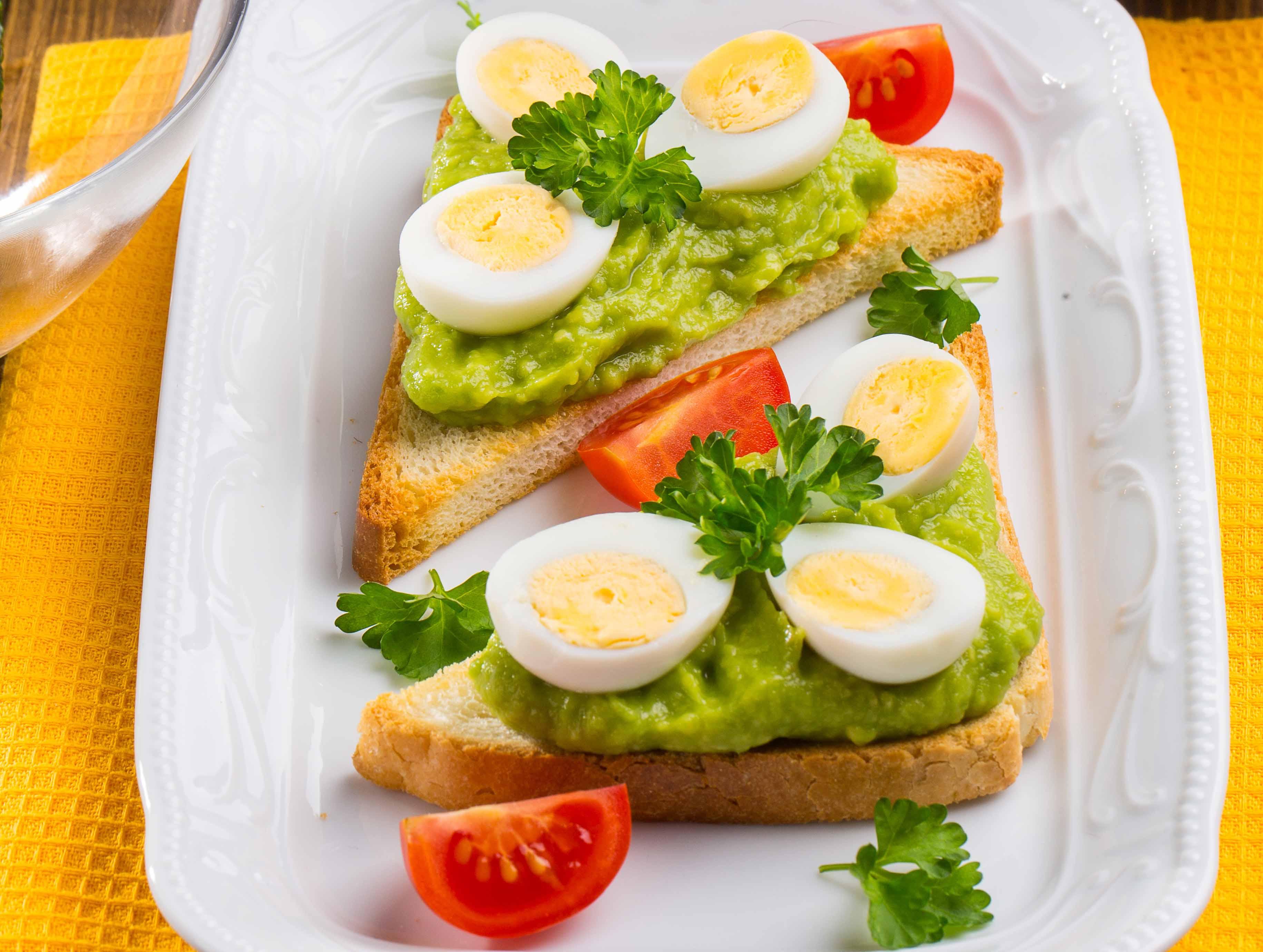 Перепелиные яйца сварите вкрутую, охладите проточной водой и очистите. Каждое яйцо разрежьте пополам Авокадо вымойте, очистите, удалите косточки, мякоть полейте лимонным соком и разомните...