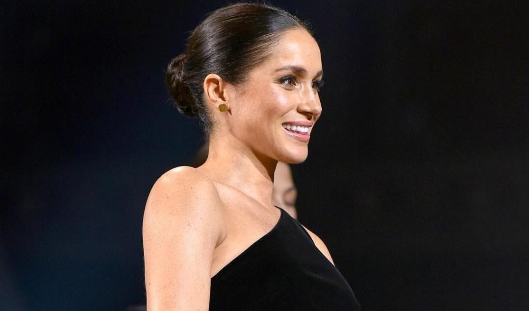 Платье на заметку: беременная Меган Маркл пришла на премию в стильном наряде