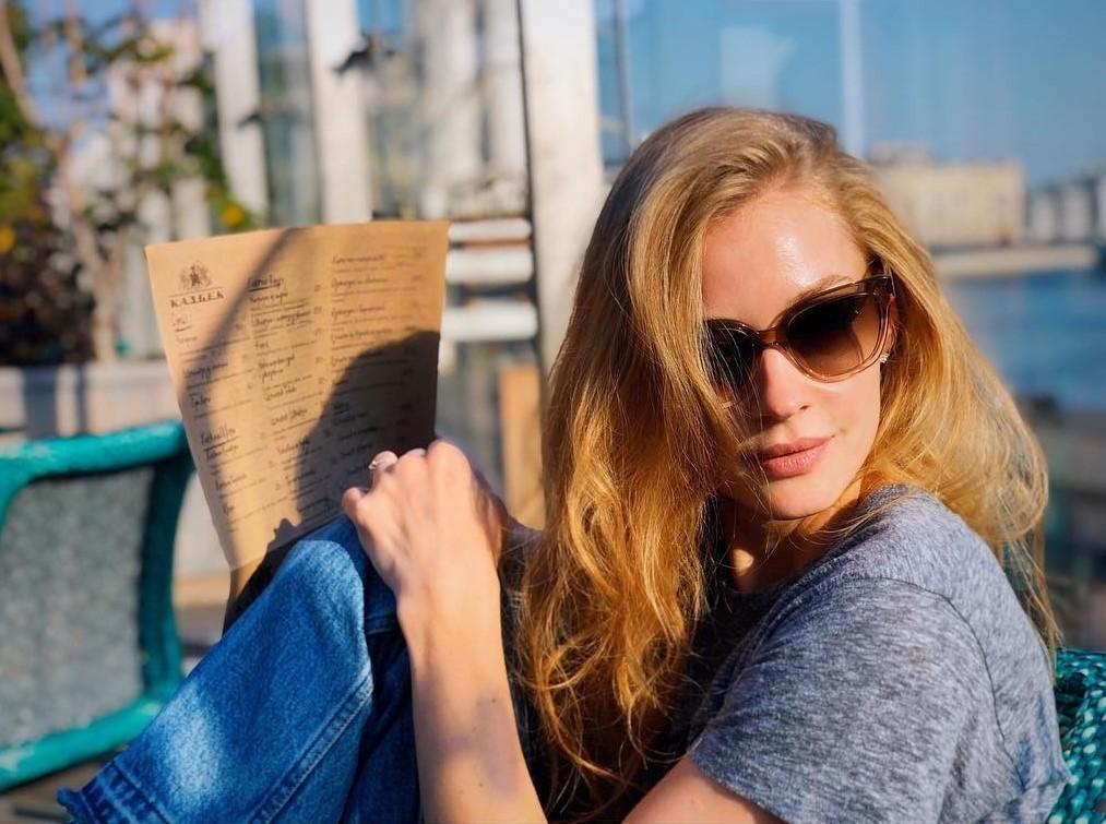 Мини-бикини и арбуз: Светлана Ходченкова проводит отпуск на море