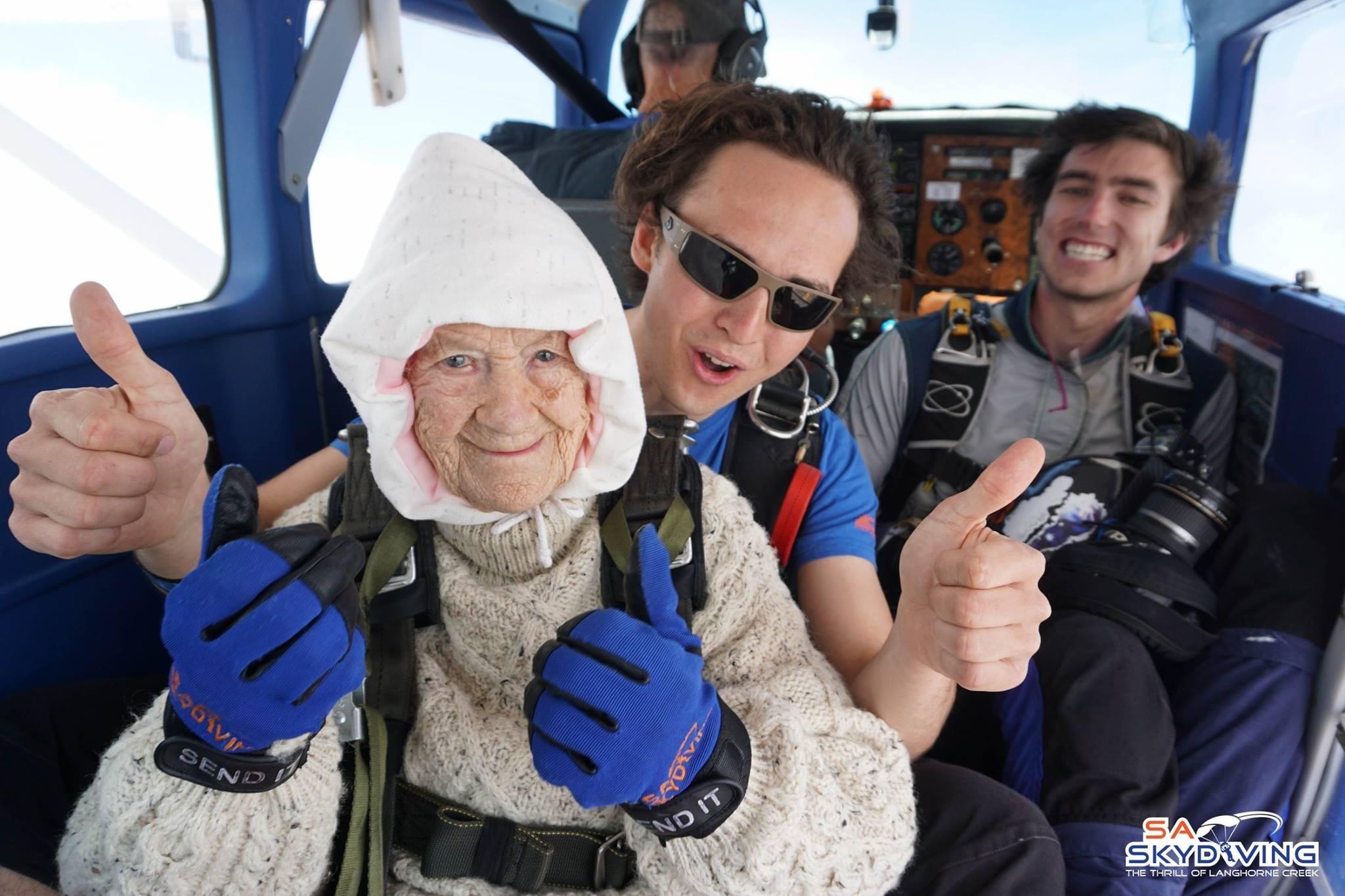 102-летняя бабушка прыгнула с парашютом и побила мировой рекорд