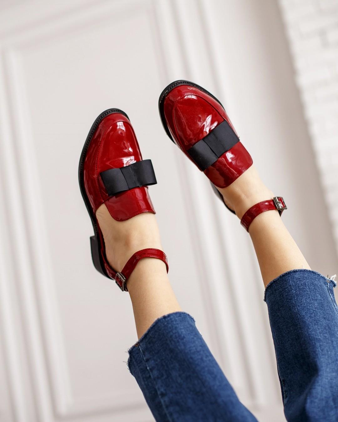Обувь безкаблука - идеальный вариант, если вновогоднюю ночь ты хочешь веселиться доутра. Остроносые лоферы, кожаные броги, лакированные оксфорды - любая изэтих пар может стать твоей и...