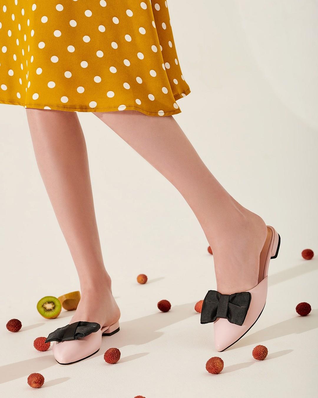 Постепенно балетки вих классическом понимании выходят измоды, вместо них появляются другие, более современные истильные модели. Например, остроносые туфельки наскромном каблуке соткр...
