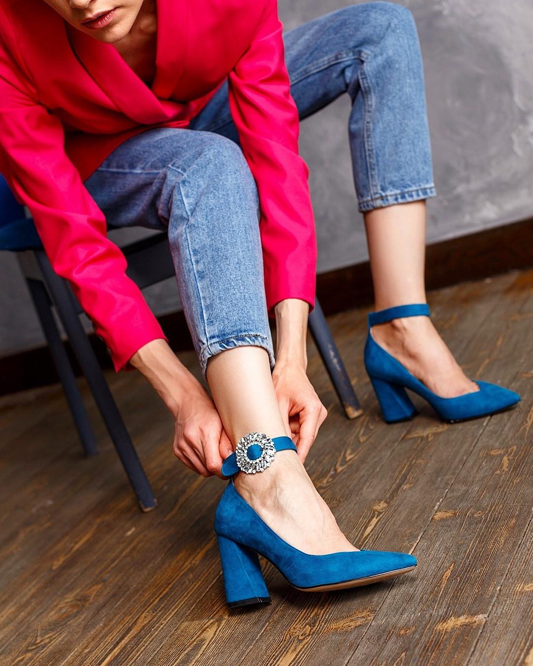 Готовы поспорить, что большинство твоих друзей иколлег женского пола появятся нановогодней вечеринке втуфлях. Кто-то выберет узкие лодочки навысоком каблуке, кто-то отдаст предпочтени...