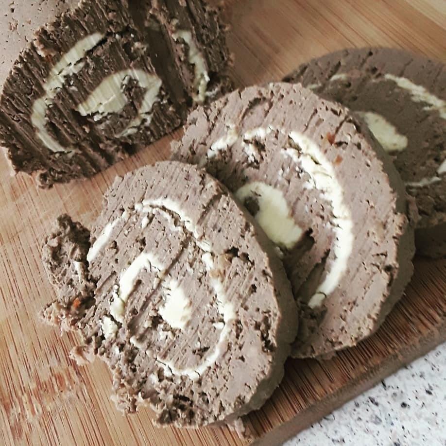 Не менее вкусным получится и рулет из печени с начинкой (например, из рикотты, масла, горчицы, зелени и специй), который нужно делать из только что приготовленной в блендере смеси. Распре...