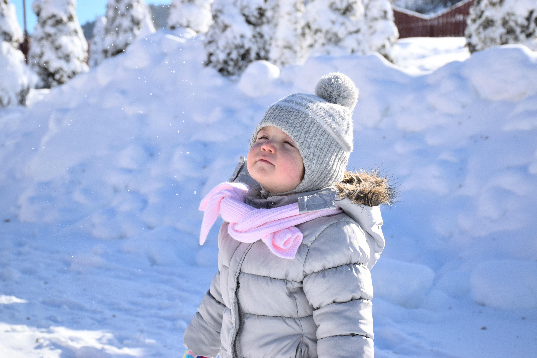 Лупа, щетка, молоток: 5 неожиданных предметов, которые можно использовать на зимней прогулке с ребенком