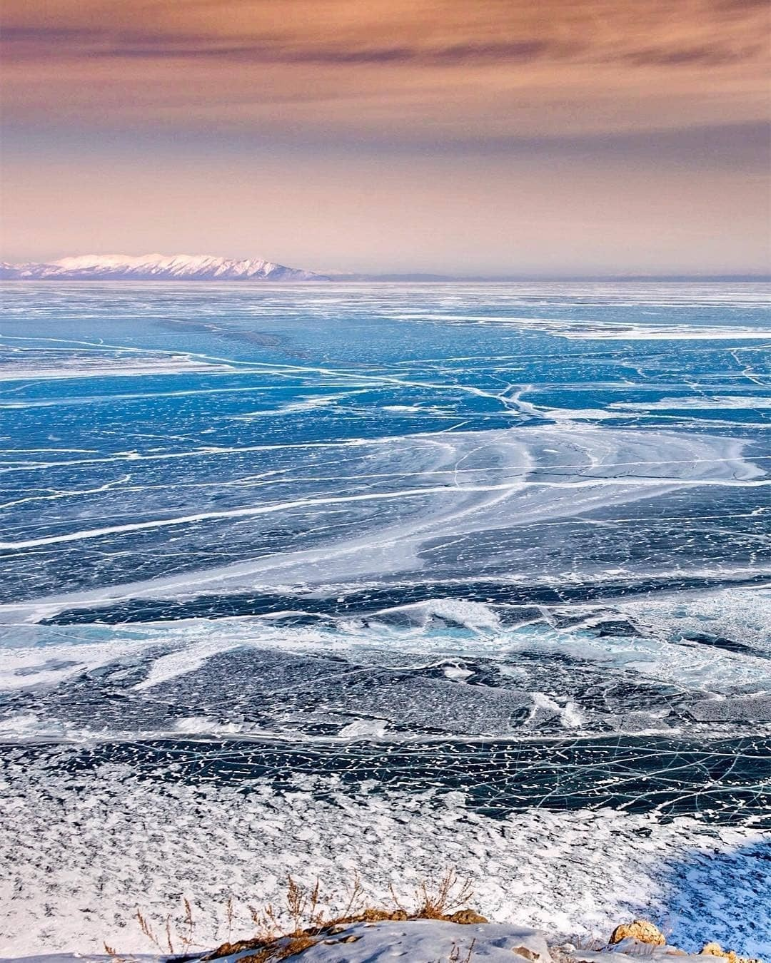 Байкал - идеальное место длясемейного путешествия, так как здесь каждый член семьи найдет себе занятие подуше. Подледная рыбалка дляпапы, целебные горячие источники длямамы икатание...