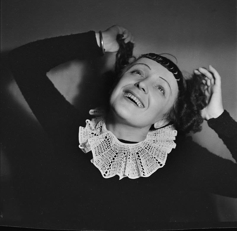 Нашу подборку открывает именинница, очаровательная Эдит Пиаф. Сегодня, 19 декабря, ей могло бы исполниться 103 года. Песни Эдит Пиаф стали таким же неотъемлемым символом Франции, как Эйфе...