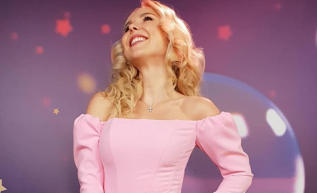 Пелагея продемонстрировала стройную фигуру в нежно-розовом платье
