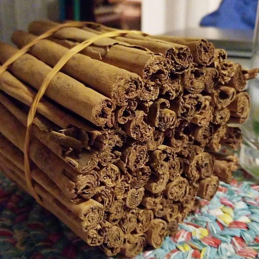 Корица настоящая или цейлонская (Cinnamomum zeylanicum). Стоит дороже, чем кассия, но считается более полезной для организма. Для ее изготовления обрабатывают внутреннюю часть коры цейлон...