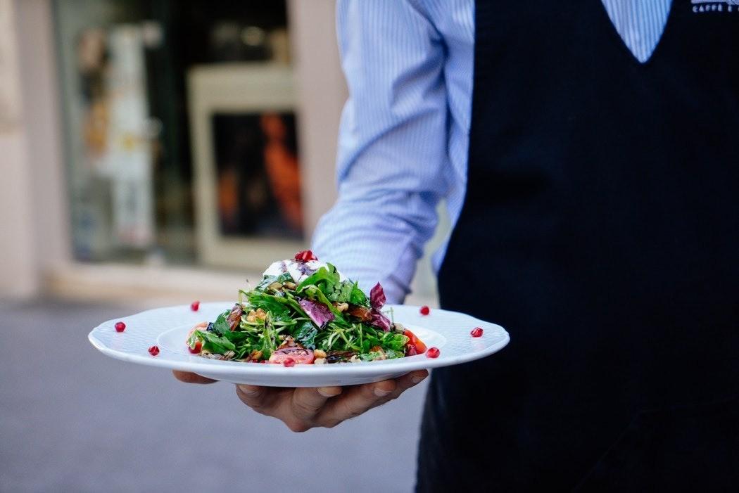 6 простых правил, которые помогут избежать переедания во время застолья