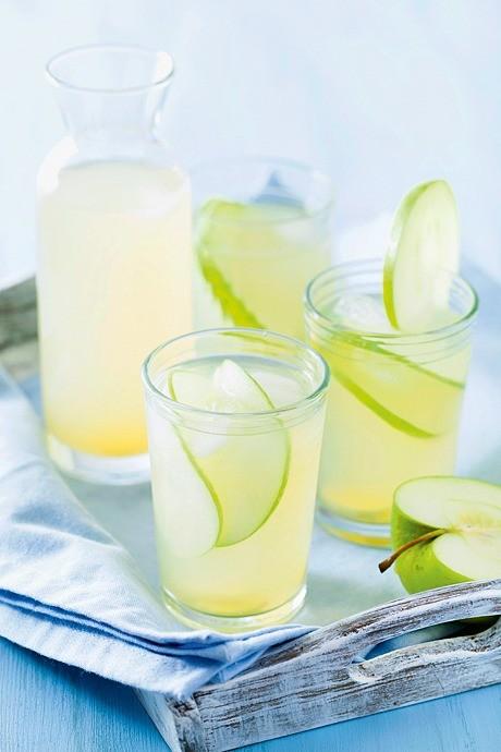 Натрите имбирь, разотрите мяту, уложите все это ввинный бокал. Разрежьте лайм надве половины, одну нарежьте дольками, издругой выжмите сок прямо вбокал. Влейте туда же яблочный сок, п...