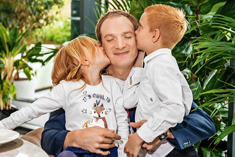 Андрей Бурковский с детьми