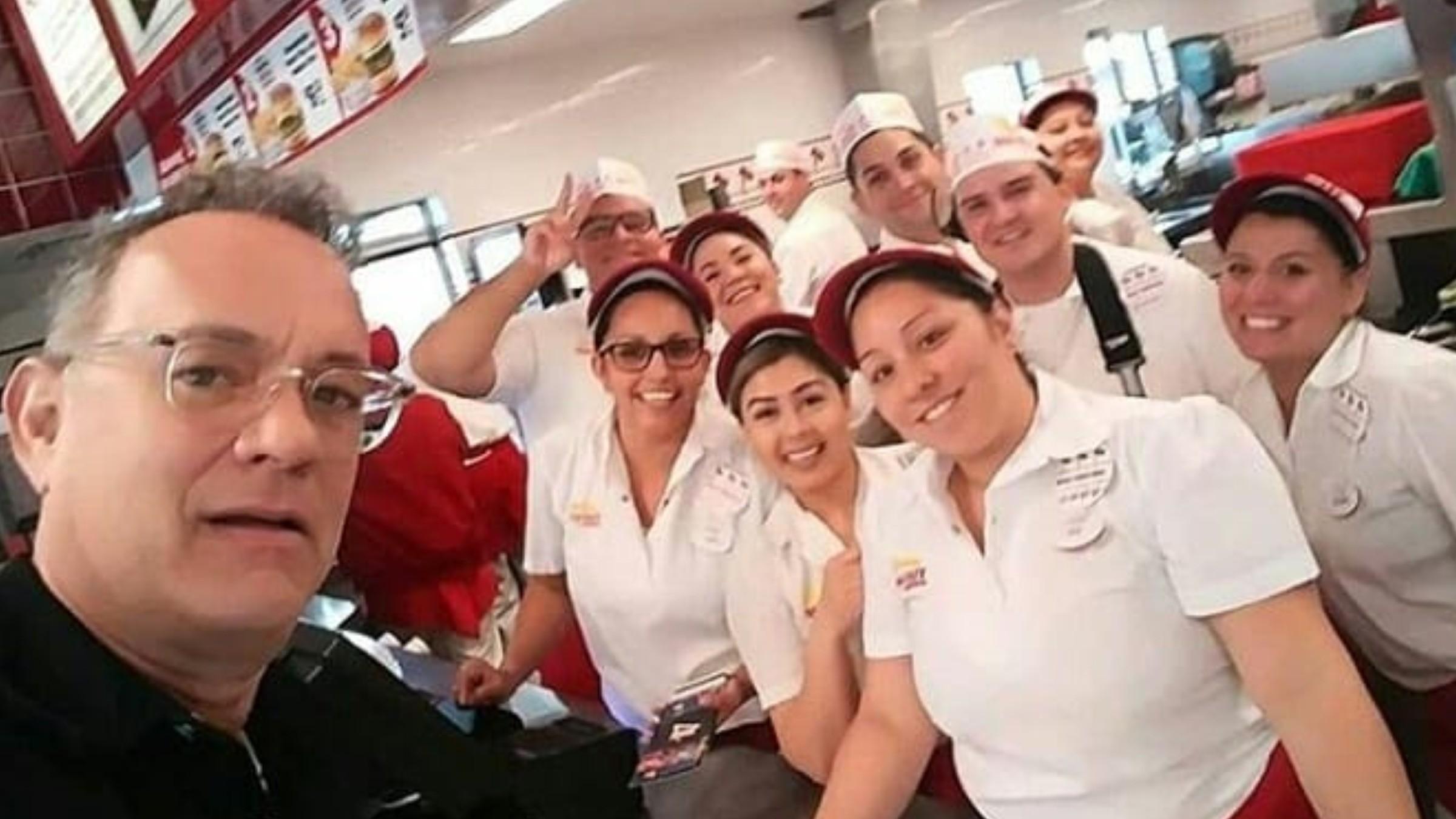 Том Хэнкс бесплатно накормил гамбургерами всех посетителей ресторана фаст-фуд