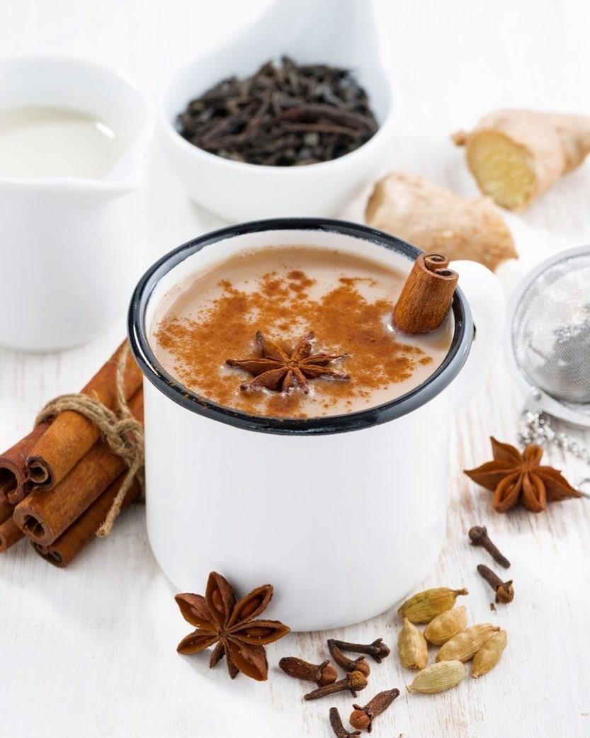 Доведи домомента закипания молоко счаем, идобавь внего приправ: корицу, по0,5 чайной ложки кардамона, перца иморская соль, по1 чайной ложке кориандра итмина.