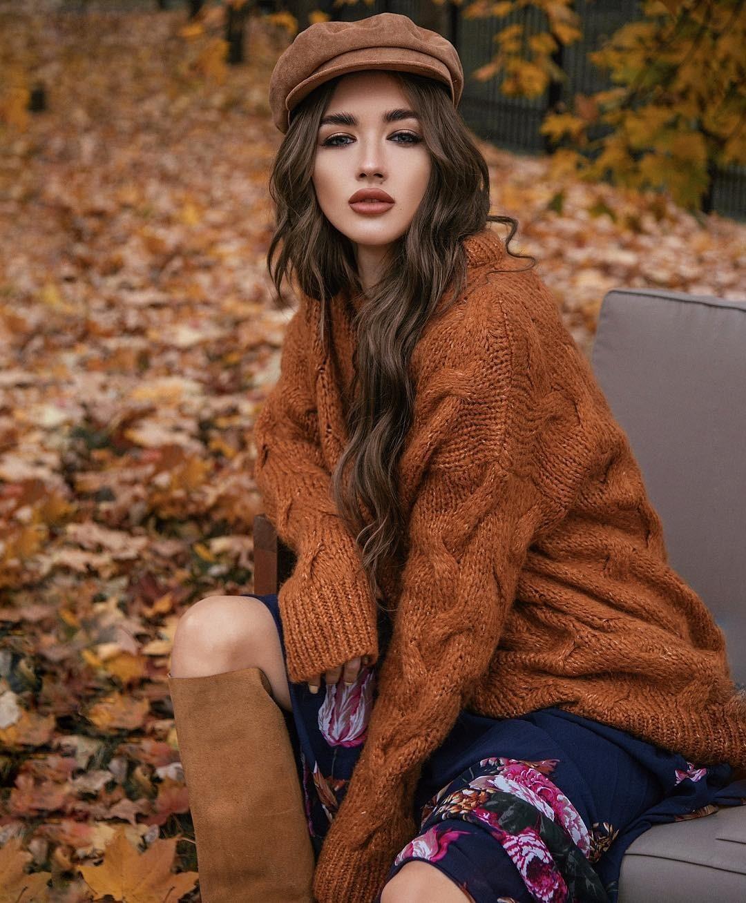 Символ наступающего года, Желтая Земляная Свинья, особенно любит натуральные ткани изолотистые икоричневые цвета. Вэтой связи идеальным вариантом дляновогодней ночи станет свитер изш...