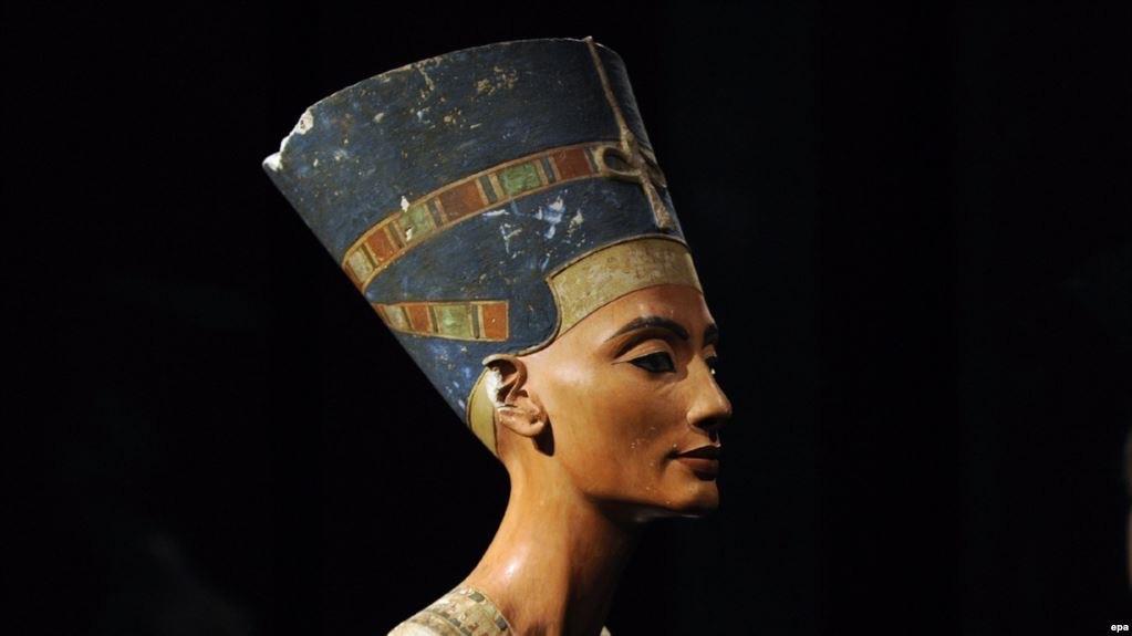 Нефертити, главная супруга фараона Эхнатона, предпочитала оливковое масло.Его еще в древности называли жидким золотом, так что Нефертити наносила его на тело буквально от макушки до пято...