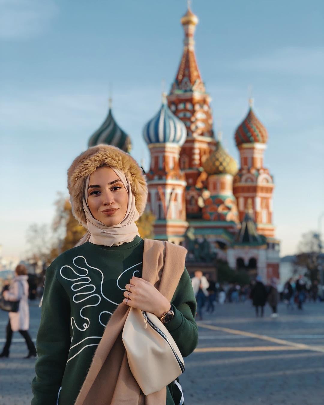 Роль мусульманской женщины в современном мире переосмысляется, а вместе с этим меняются восточные fashion-традиции. На обложках глянцевых журналов и на модных показах все чаще появляются...