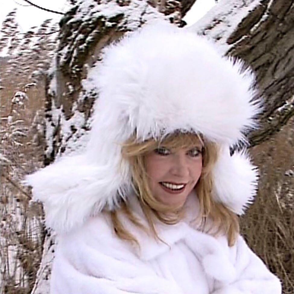 К слову, головной убор Алла Борисовна подобрала просто идеально, ведь шапка-ушанка – настоящий хит этого сезона. Кроме того, она подходит женщинам любого возраста и не портит укладку. Пок...