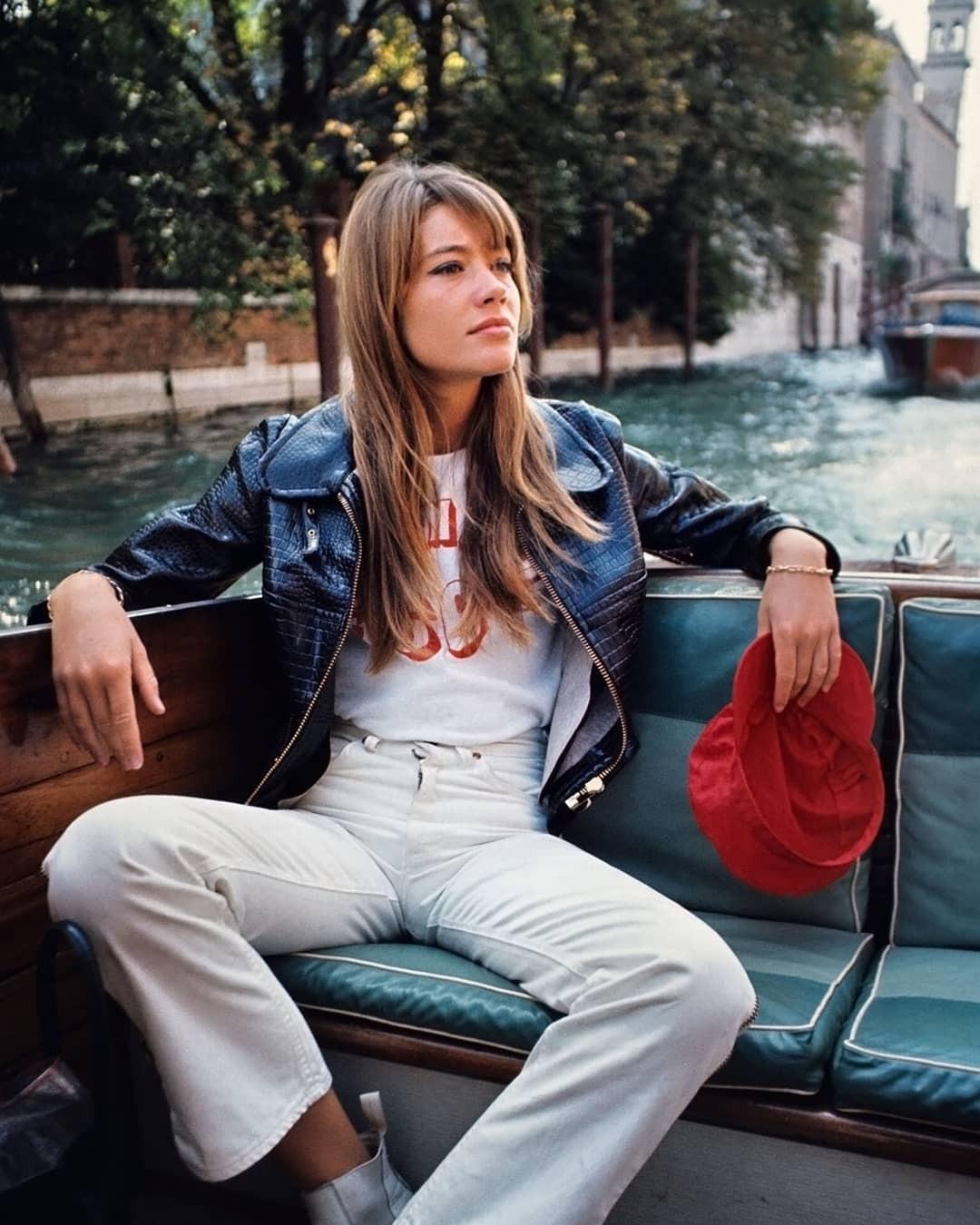 По мнению Франсуазы, девушку красит естественность, а значит не нужно никаких вымученных причесок, макияжа и нелепой одежды. Несмотря на свою популярность, Франсуаза Арди всегда оставалас...