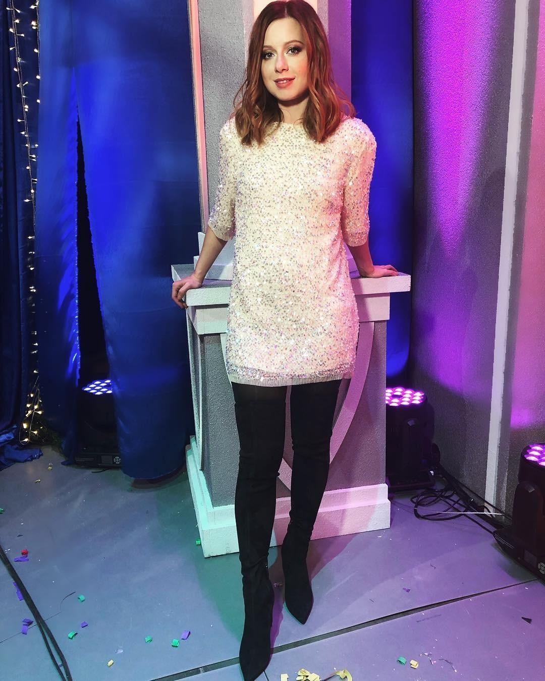 На днях она приняла участие всъемках новогоднего огонька. Дляпраздничного эфира она выбрала короткое белое платье сблестками иботфорты. Такое сочетание позволило визуально вытянуть си...
