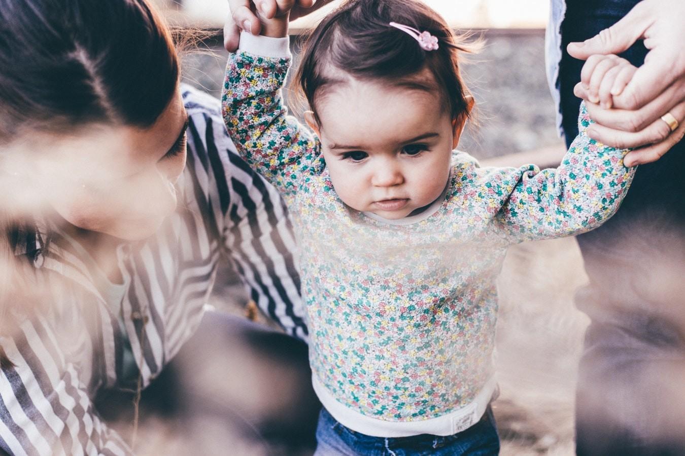 Учим ребенка ходить: сроки, правила, рекомендации