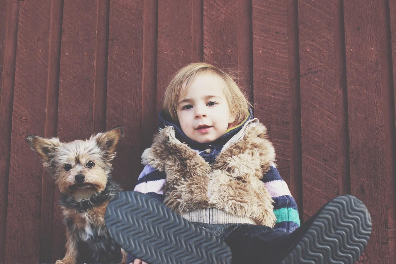 Прогулки с ребенком зимой: при какой температуре, как одевать