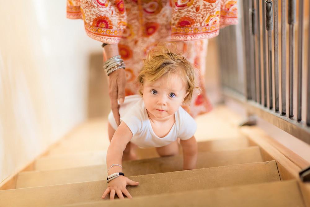 Моторное развитие ребенка до года: основные нормы