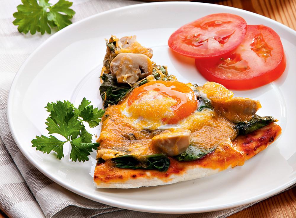 Пицца со шпинатом и яйцами