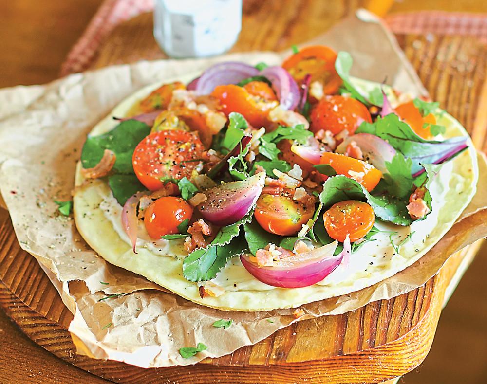 Лепешка с соусом и овощным салатом