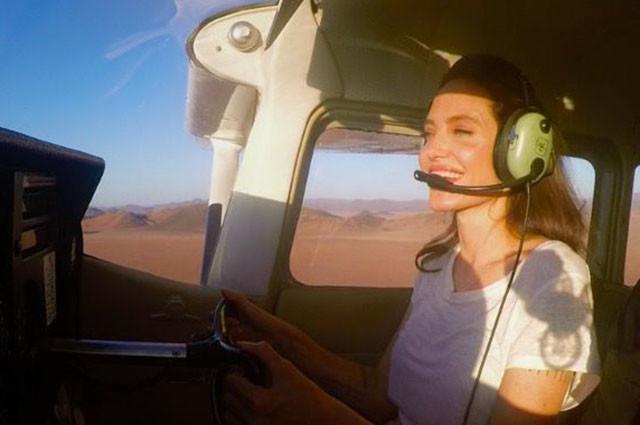 Анджелина Джоли поразила фанатов тем, как хорошо умеет управлять самолетом