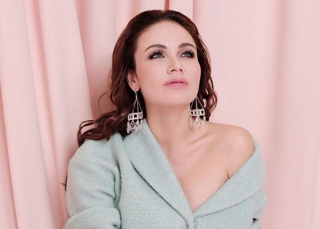 Ляйсан Утяшева показала, как носить вечернее платье с разрезом от бедра