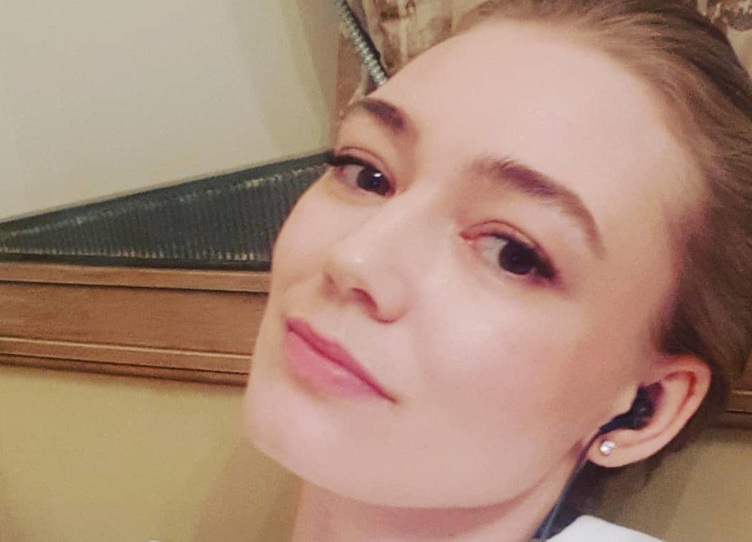 Уехавшая из России Оксана Акиньшина перестала скрывать лицо дочери