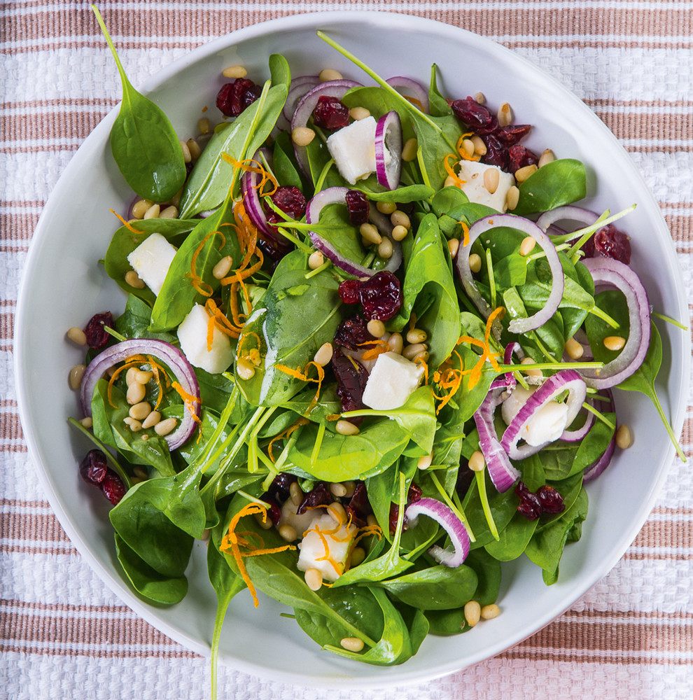 Салат из шпината с клюквой
