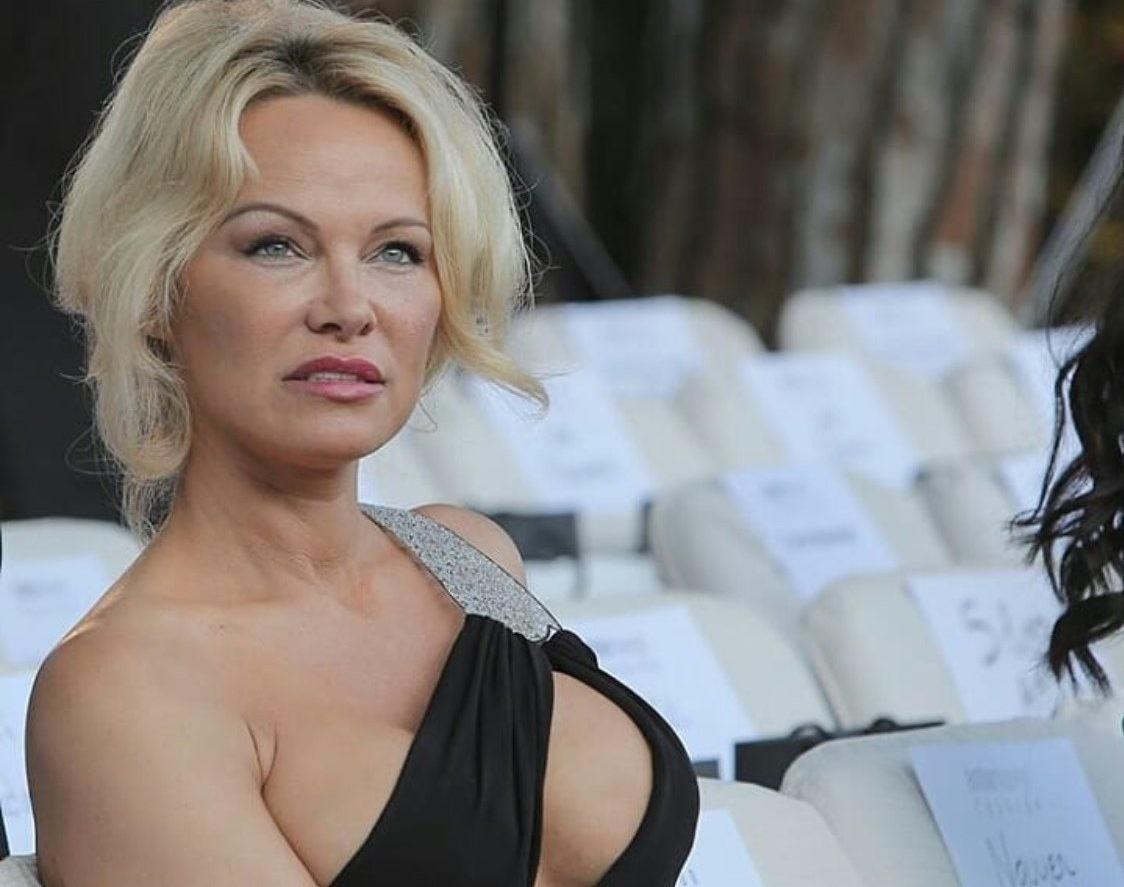 Памела Андерсон затмила президента Франции на футбольном матче в Санкт-Петербурге