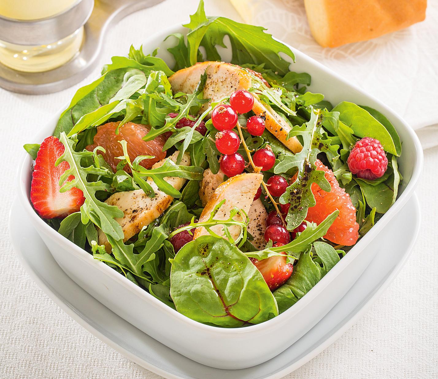 Салат с куриным филе и ягодами