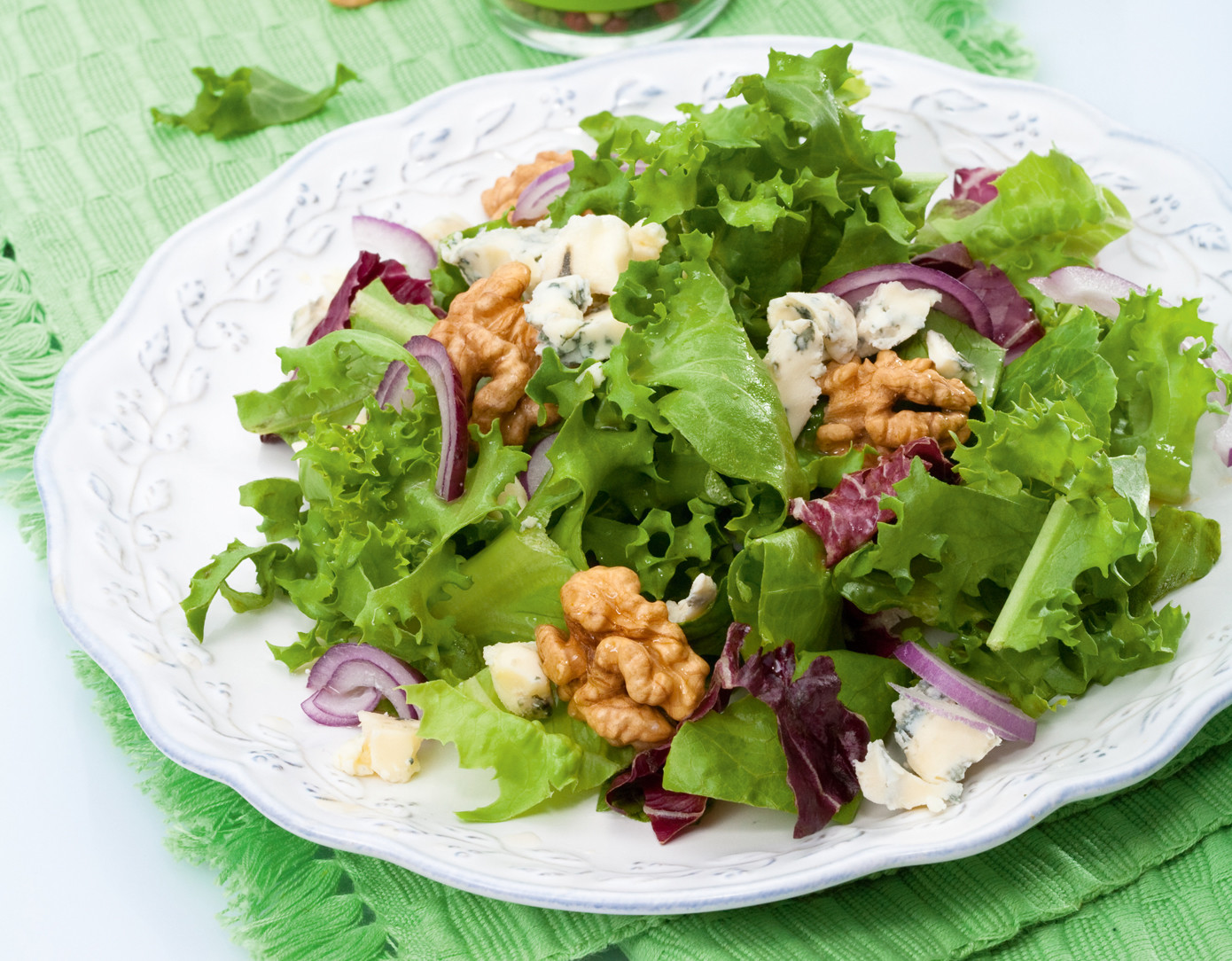 Салат с орехами и луком