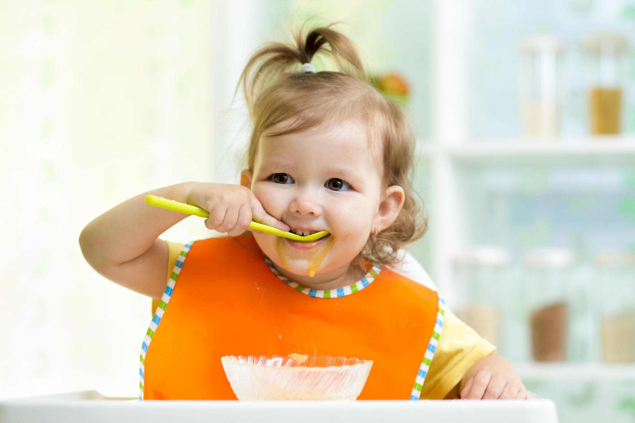 Как научить ребенка есть ложкой: 7 хитростей, которые ускорят процесс
