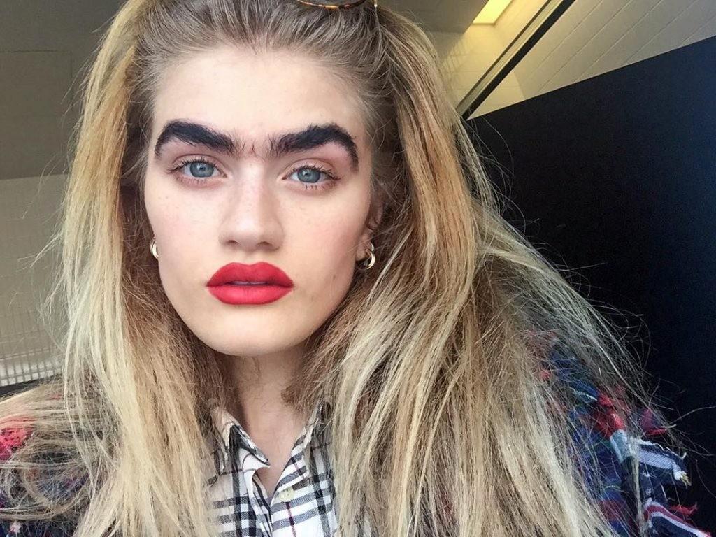 Девушка с очень густыми бровями покорила Instagram