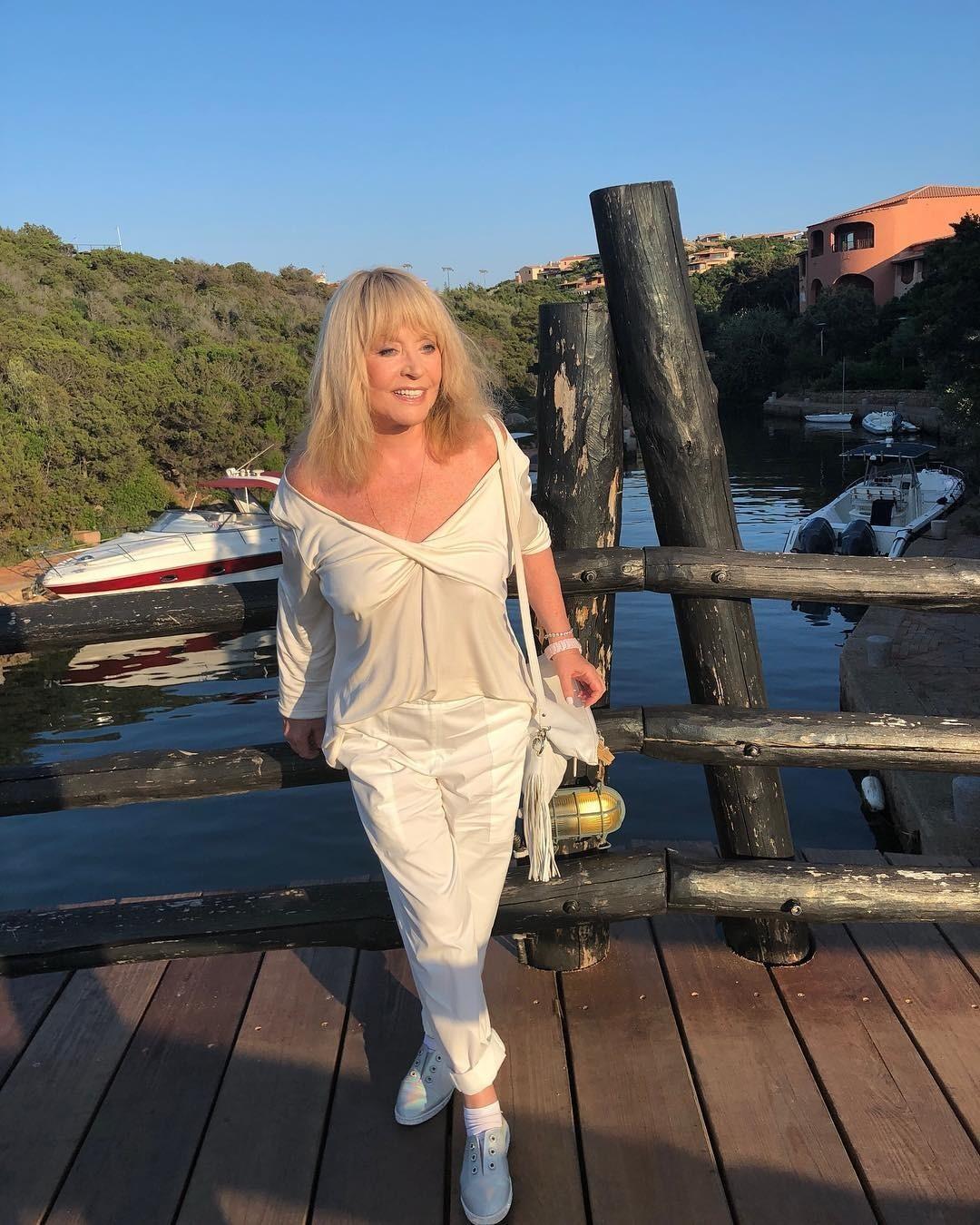 Моложе Лободы: Алла Пугачева в коротких кожаных шортах собрала комплименты