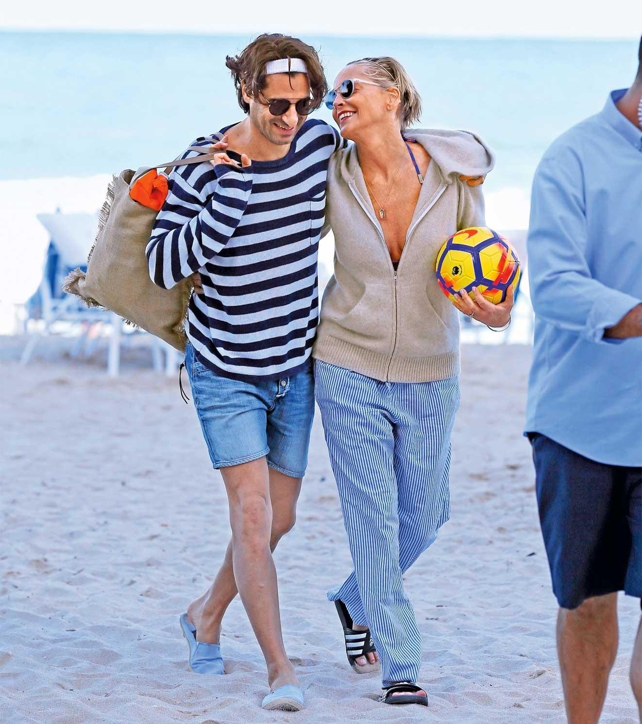 Папарацци поймали влюбленную пару на пляже в Майами.