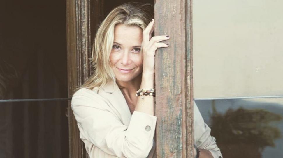 Юлия Высоцкая показала, как стильно носить накидку-халат в повседневной жизни