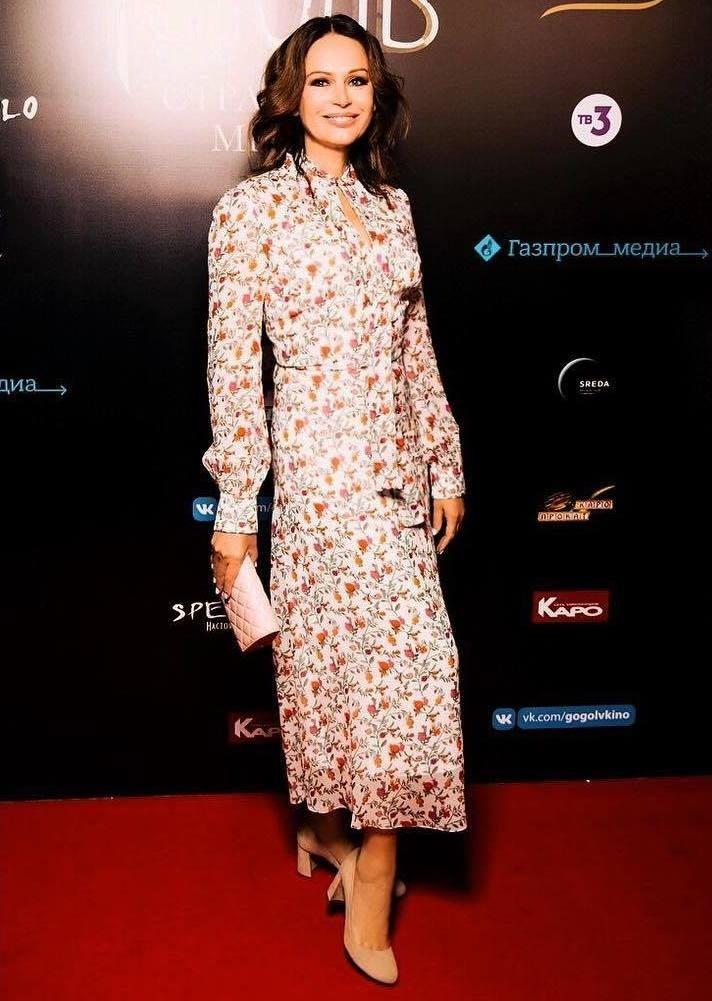 Образ Ирины - идеальный пример того, как следует носить вещи с цветочным принтом после пятидесяти лет. Многие женщины опасаются, что одежда с мелким рисунком визуально добавит им объема....