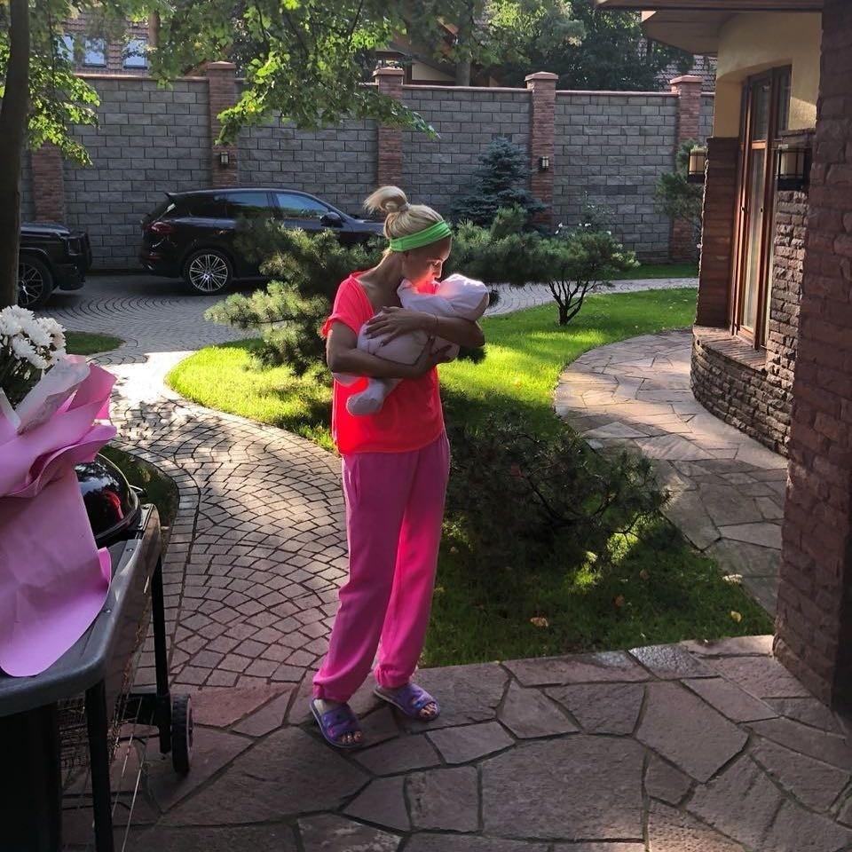 «Как возможен такой плоский живот после родов?»: Леру Кудрявцеву обвиняют в суррогатном материнстве