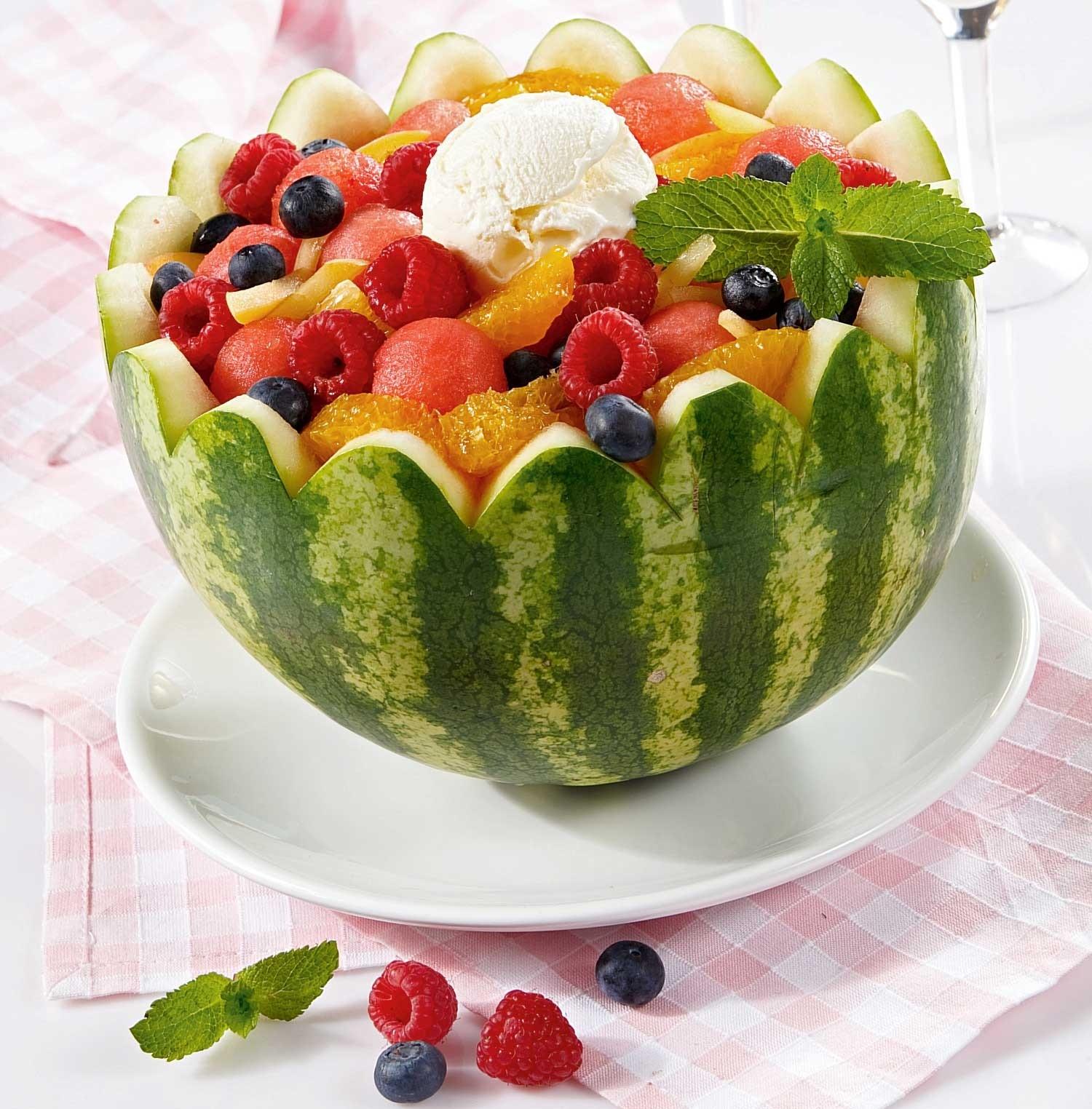 Арбуз с ягодами и фруктами