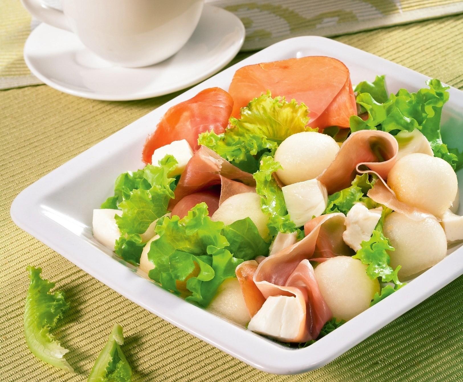 Салат из дыни с моцареллой и ветчиной